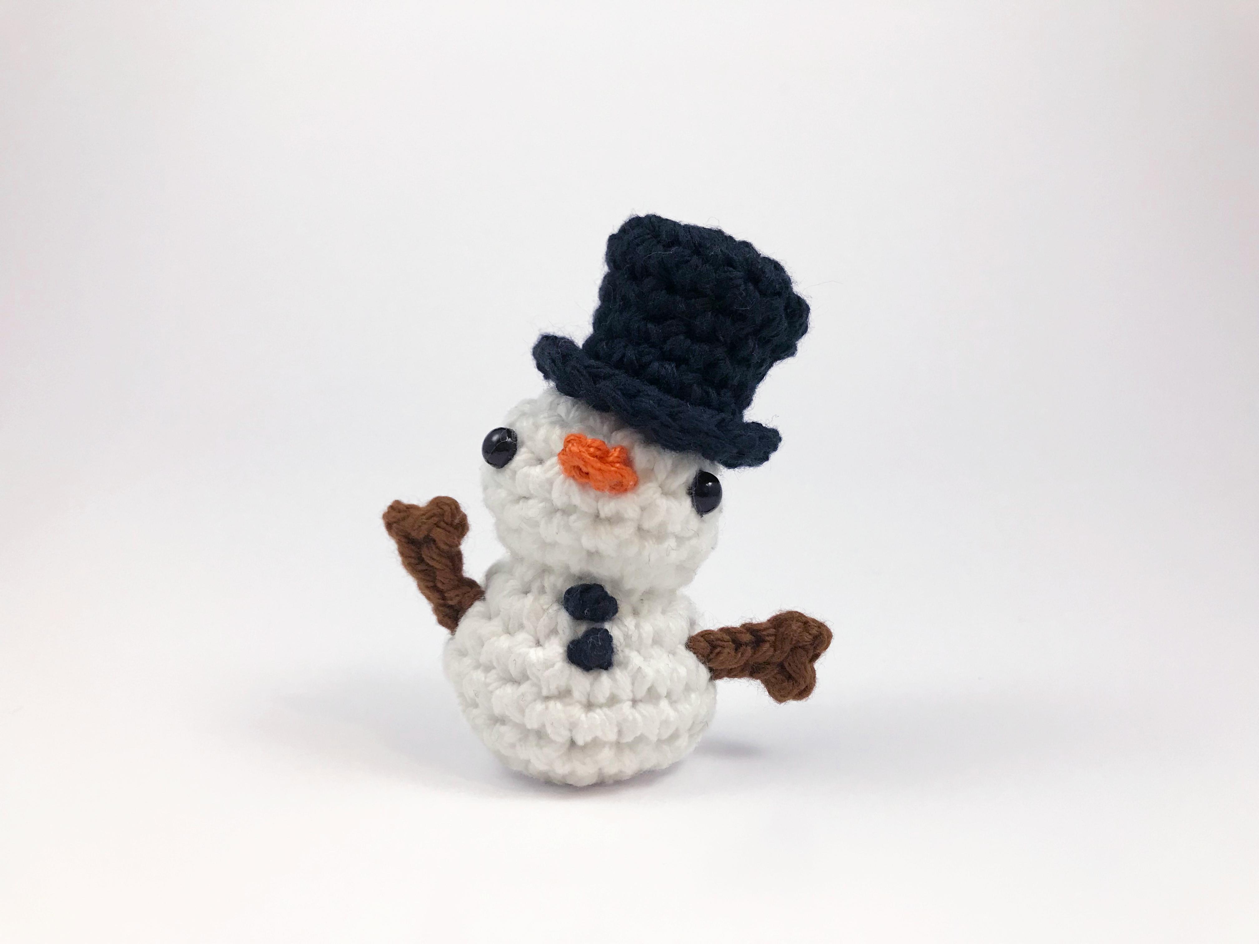 crocheted snowman amigurumi by club crochet 3