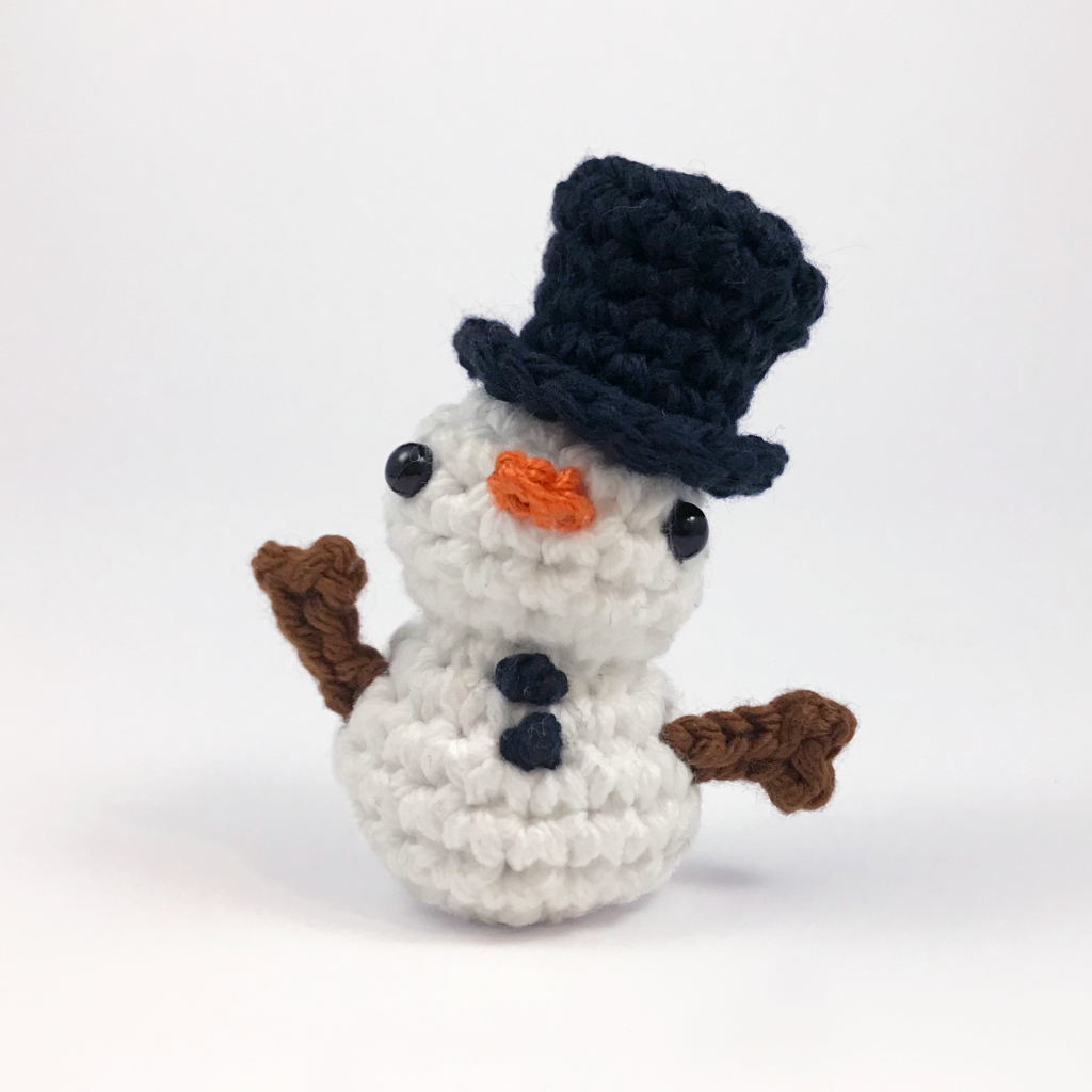 crocheted snowman amigurumi by club crochet