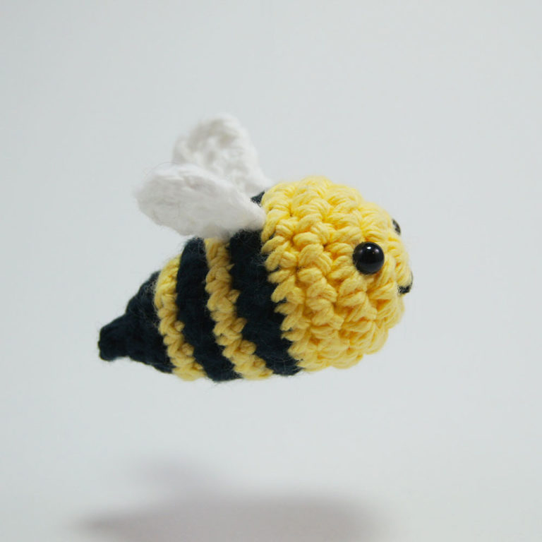 This cute and colorful amigurumi bee kit is the perfect project ... | 768x768